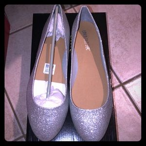 Size 12w silver flats